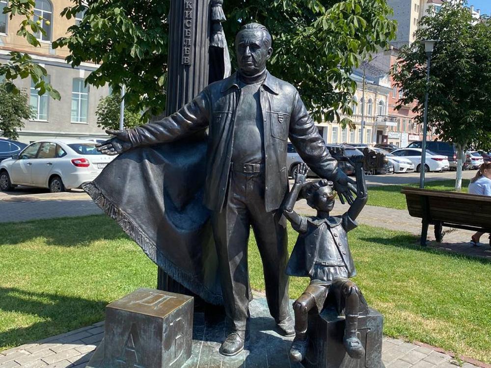 Памятник Ю. П. Киселеву