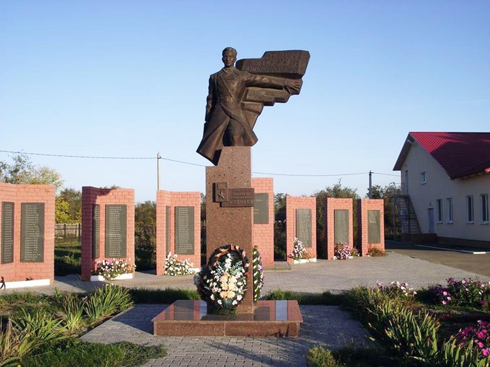 Памятник политрука-панфиловца Василия Клочкова