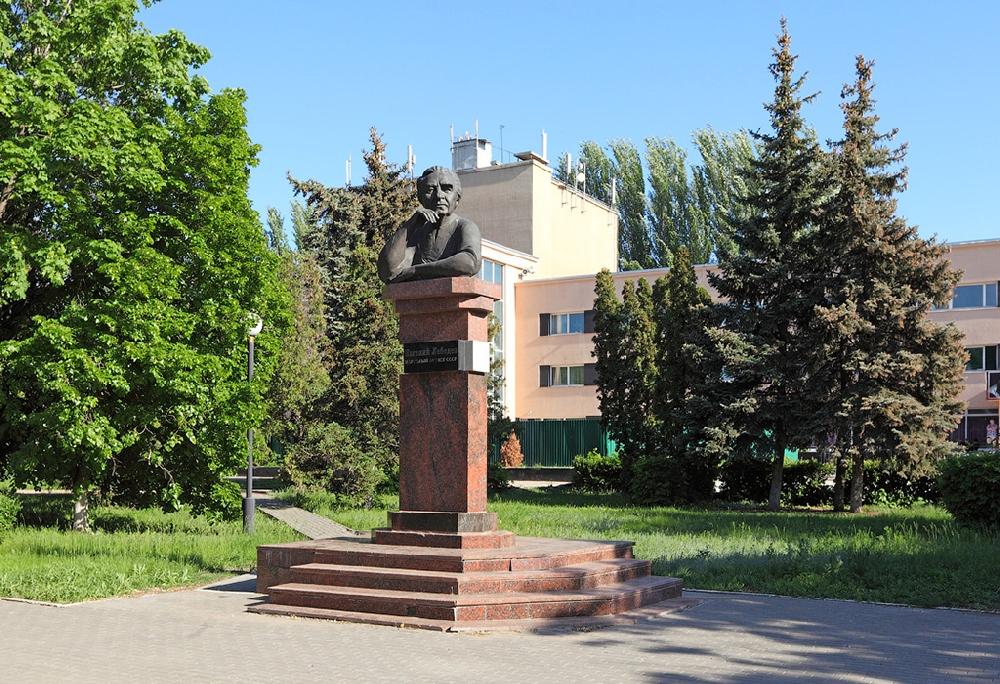 Памятник Евгению Лебедеву