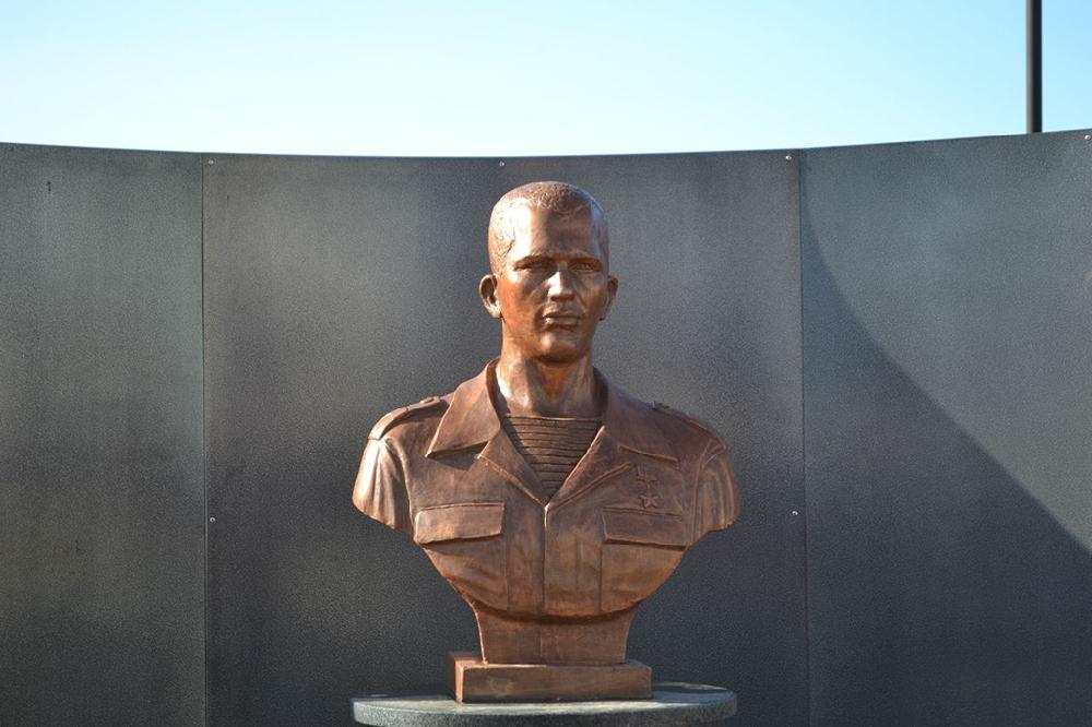 Бюст Героя России Н. В. Исаева