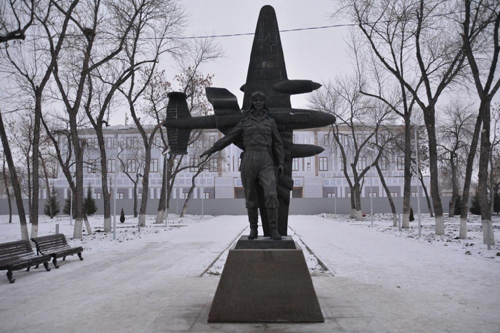 Памятник легендарной лётчице Марине Расковой