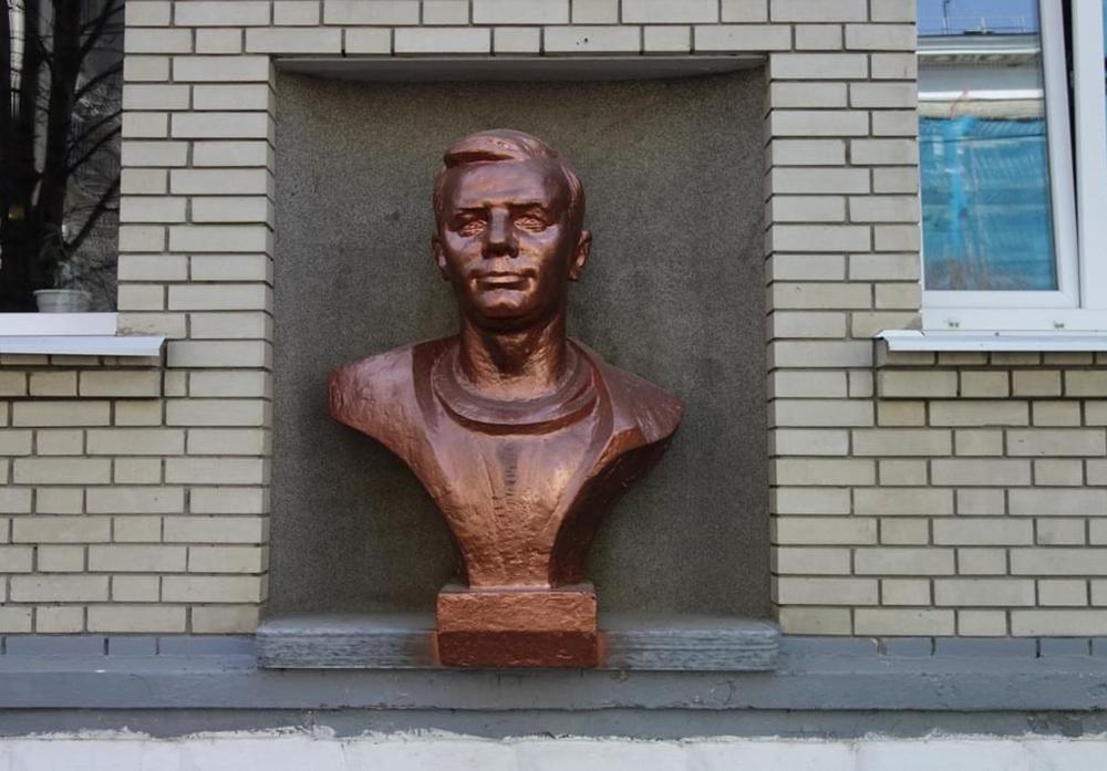 Бюст Ю.А.Гагарина на здании Профессионально – педагогического колледжа