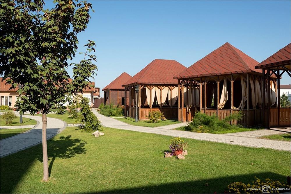 Беседки и шатер на открытом воздухе парк-отеля Новый век