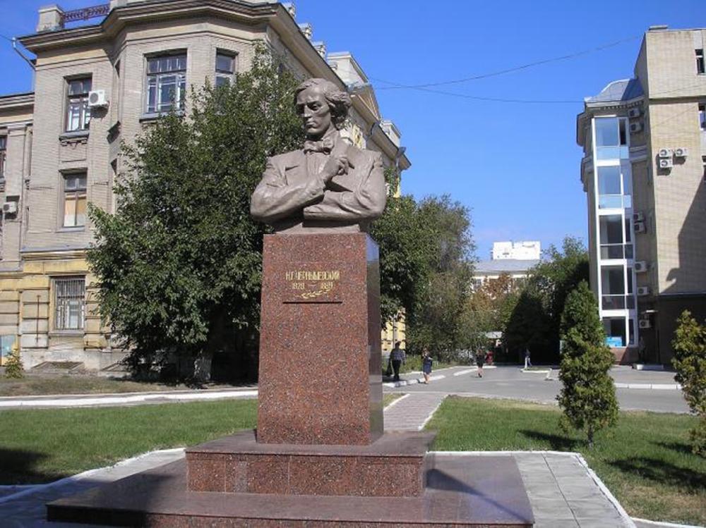Памятник Н. Г. Чернышевскому на территории университета
