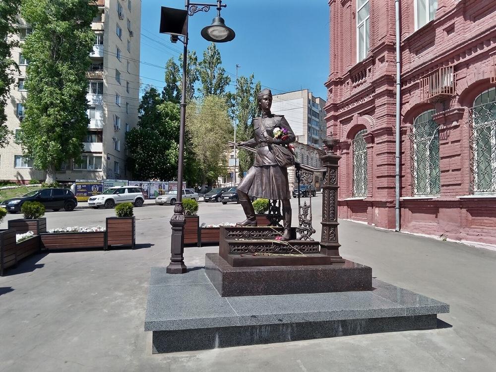 Памятник военной медицинской сестре