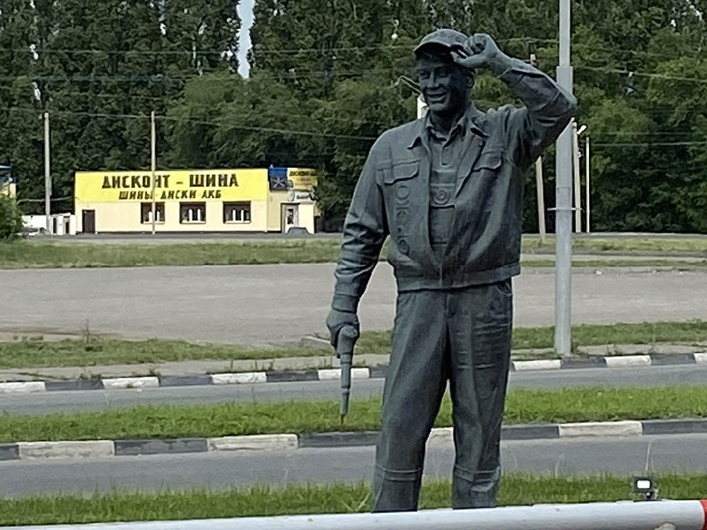 """Памятник заправщику """"Торэко"""""""