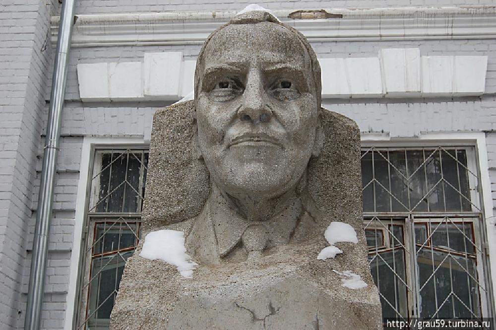 Памятник писателю Симонову К.М.