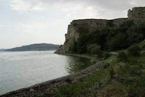 Пляж рядом с утесом Степана Разина