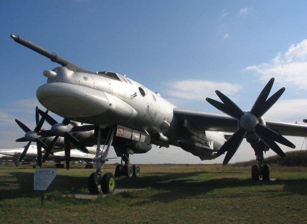 Ракетоносец Ту-95К-22 с подвешенной ракетой Х-22