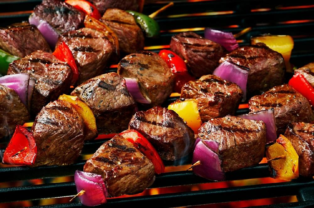 Шашлык из говядины и грибов с овощами