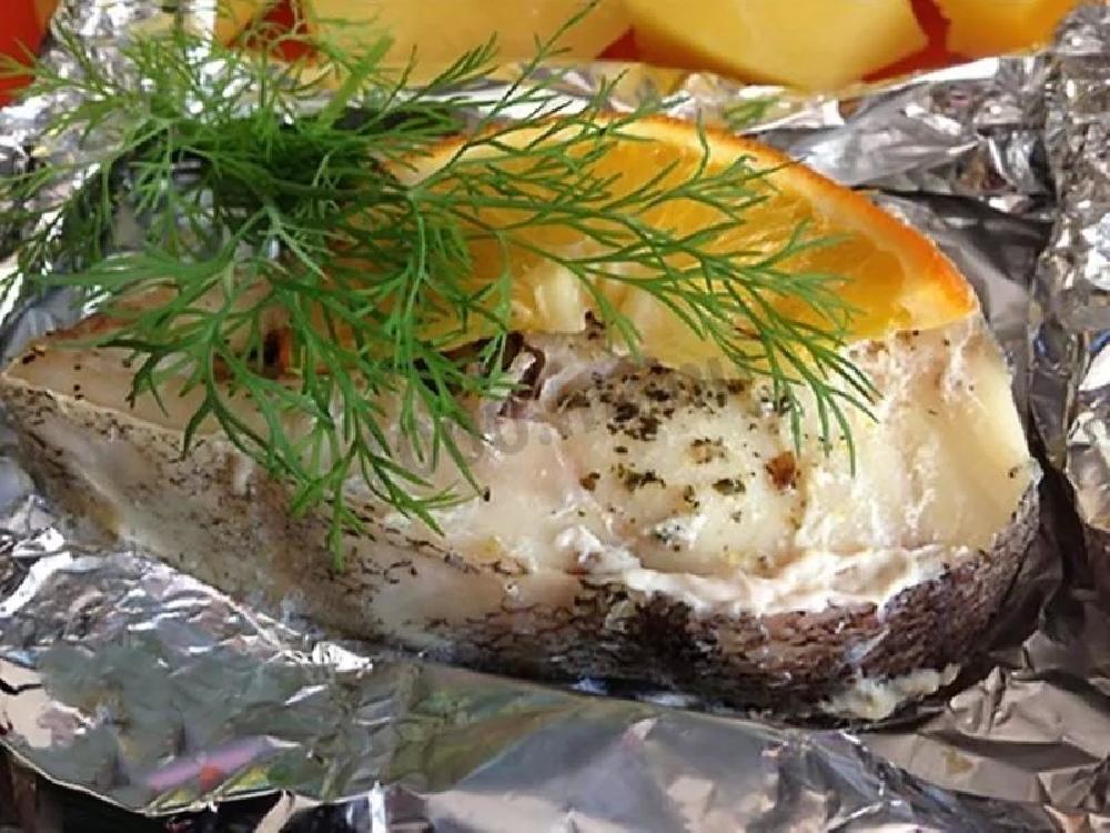 Запеченная рыба в кармашках с вином и овощами