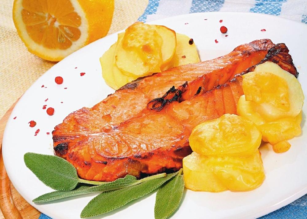 Стейки из лосося в яблочном соусе
