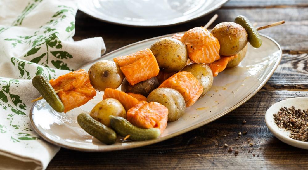 Шашлычки из семги с картошкой и маринованными огурчиками