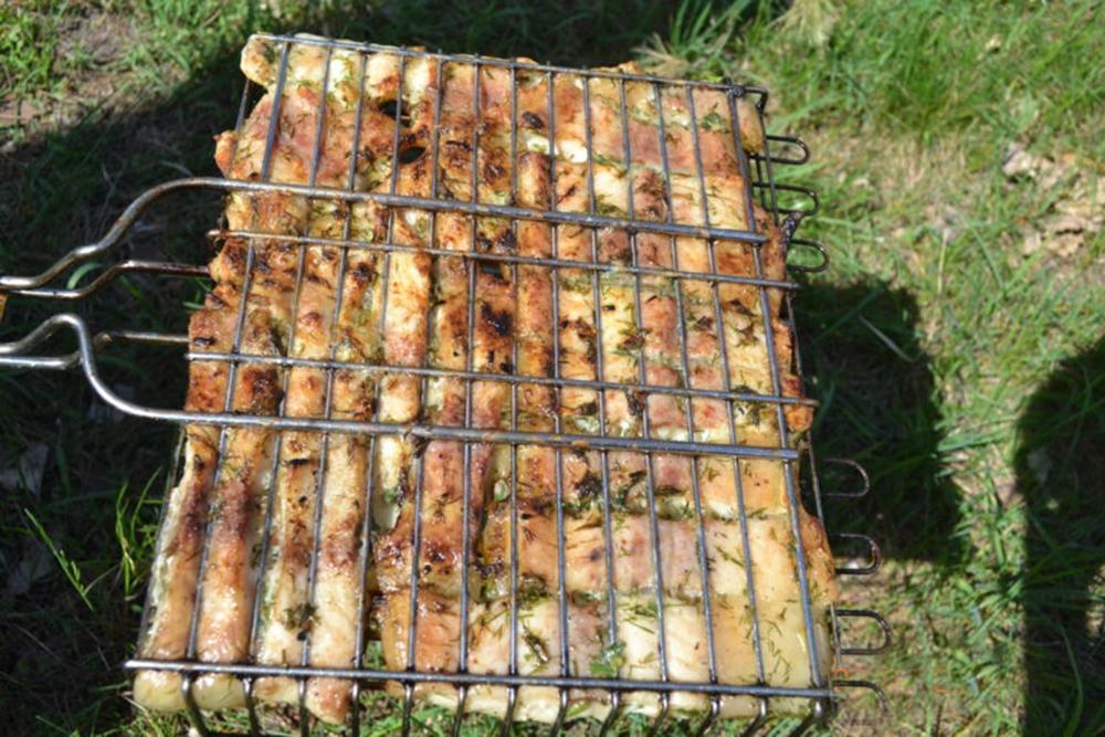 Шашлык из сома в сметане с помидорами и базиликом