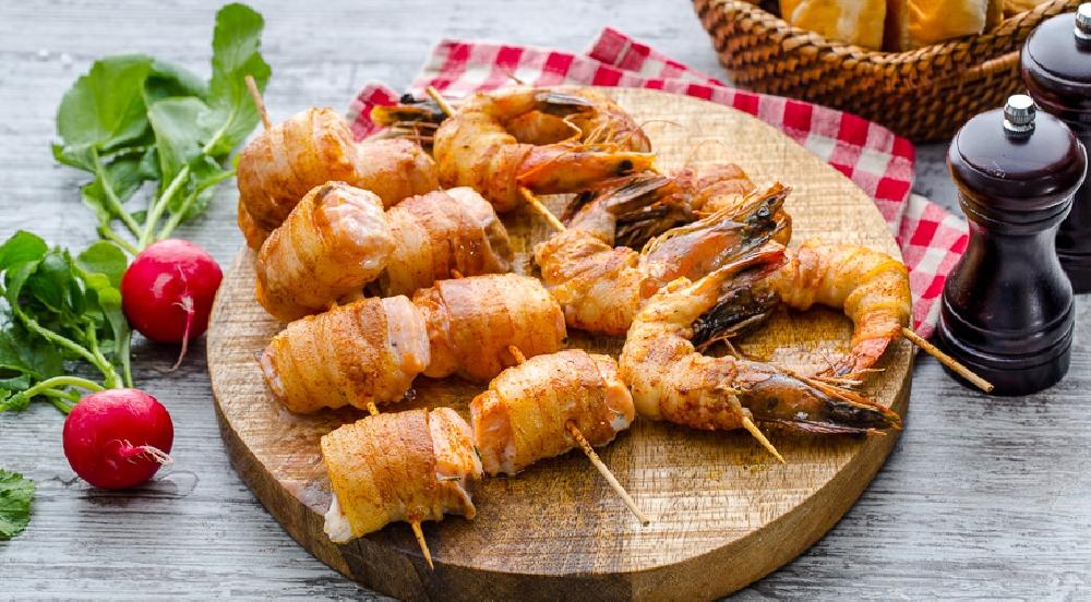 Рыба и креветки-гриль с беконом
