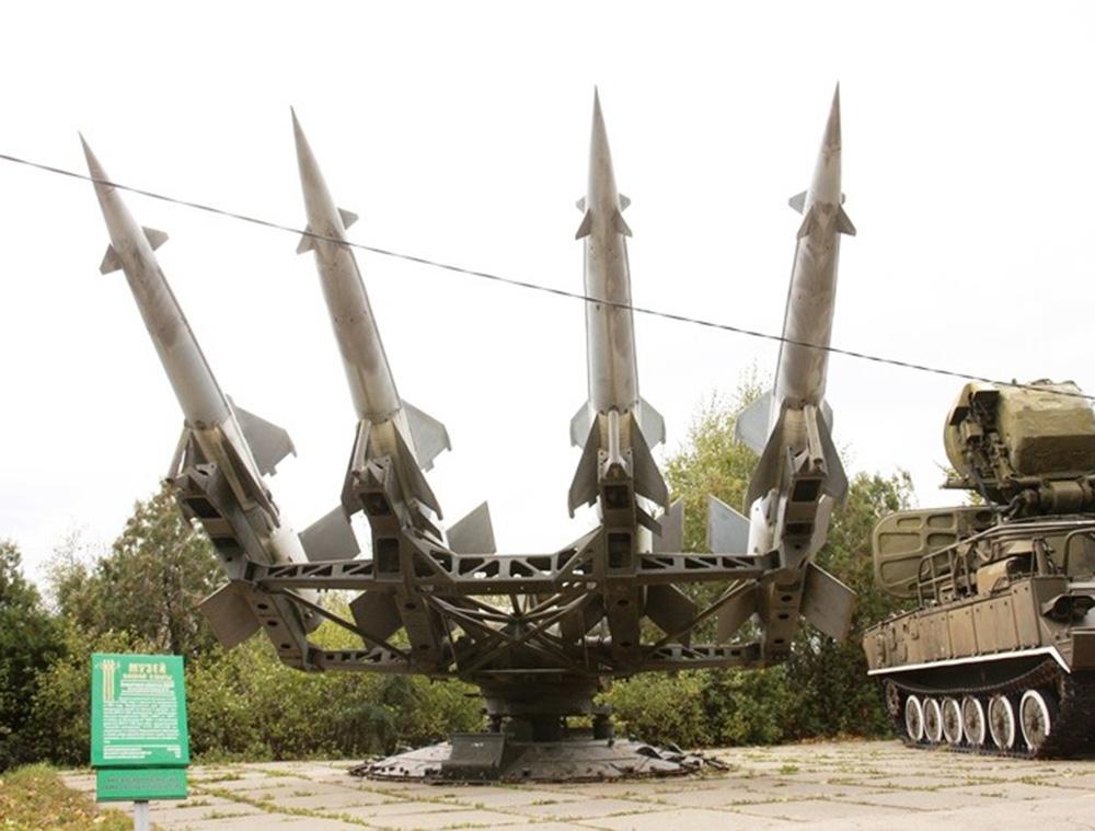 Пусковая установка 5П73 с ракетами 5В27 зенитного ракетного комплекса С-125М «Нева-М»