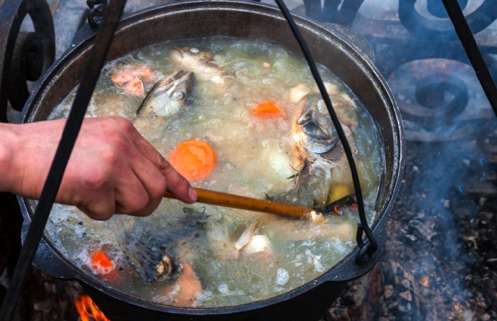 Рыбацкая уха на костре