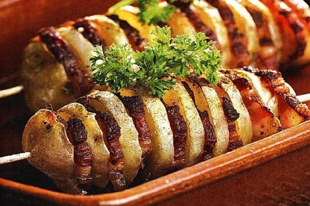 Картофель с беконом на шампурах в фольге