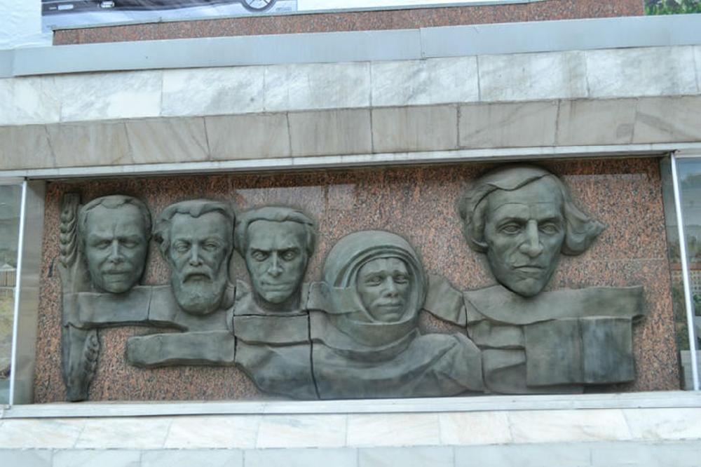 Плита с барельефами самых известных людей из Саратовской истории
