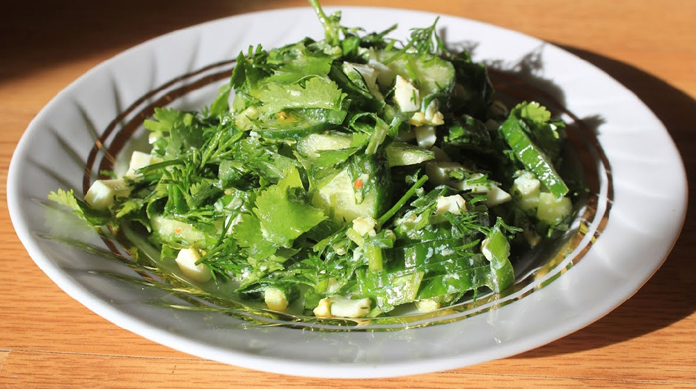 Зеленый салат из крапивы и огурцов