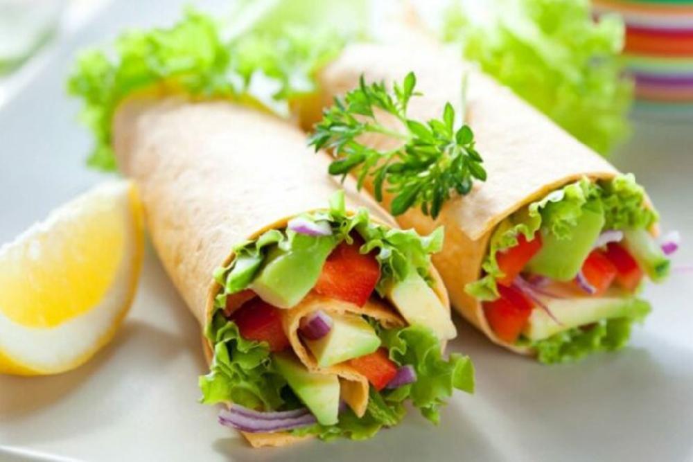 Греческий салат с чесноком в лаваше