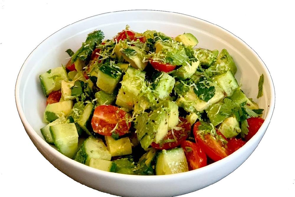 Легкий салат с авокадо и томатами