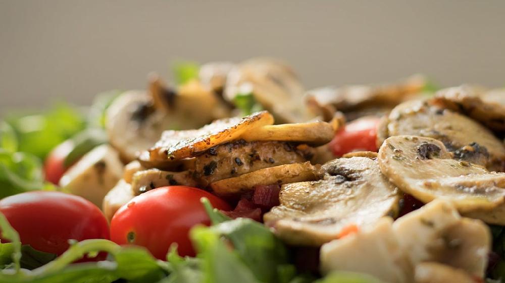Салат «Лесное лукошко» с грибами и маринованными огурчиками