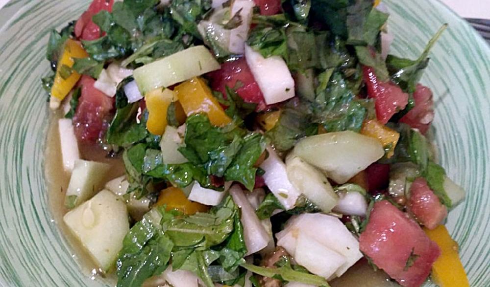Салат со снытью и овощами