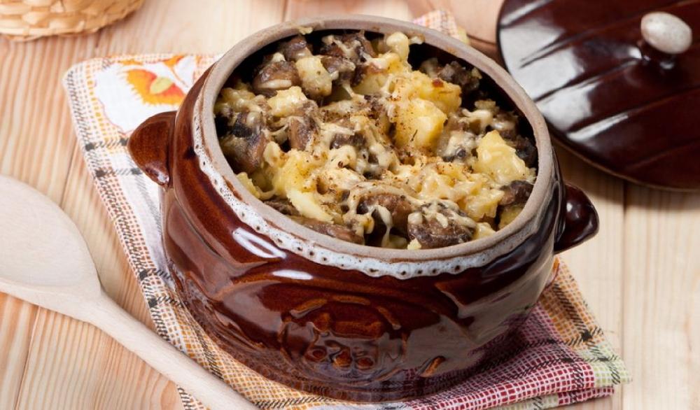 Маслята запеченные в горшочках с овощами