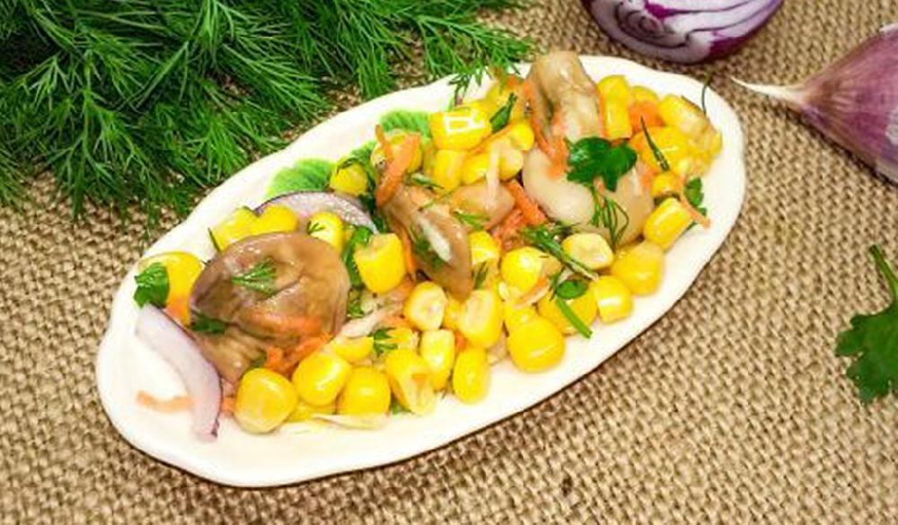 Салат с кукурузой и маслятами
