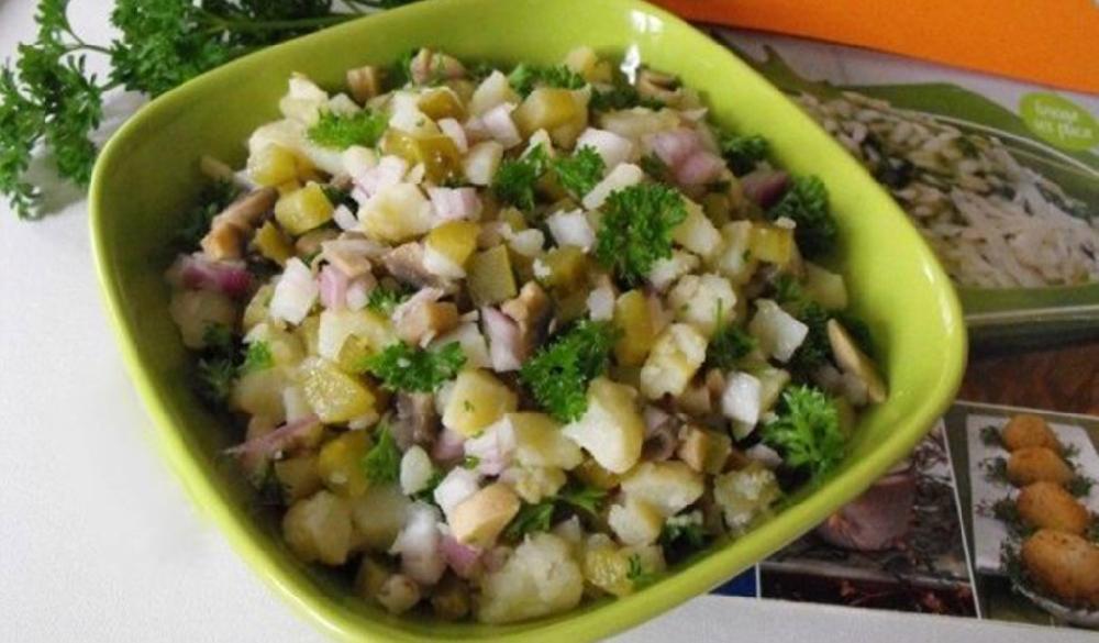 Салат из маринованных маслят и картошки