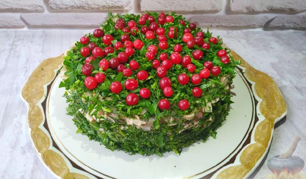 Слоёный салат «Сосновый бор» с крабовыми палочками и грибами