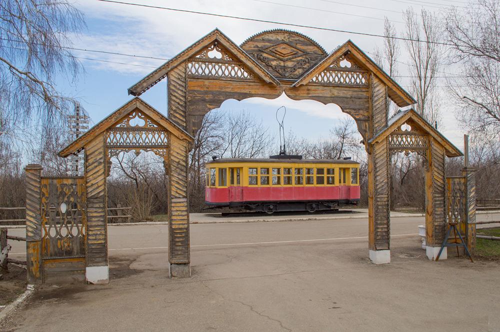 Моторный трамвайный вагон серии «Х» и Троллейбус ЗиУ-682Г-012