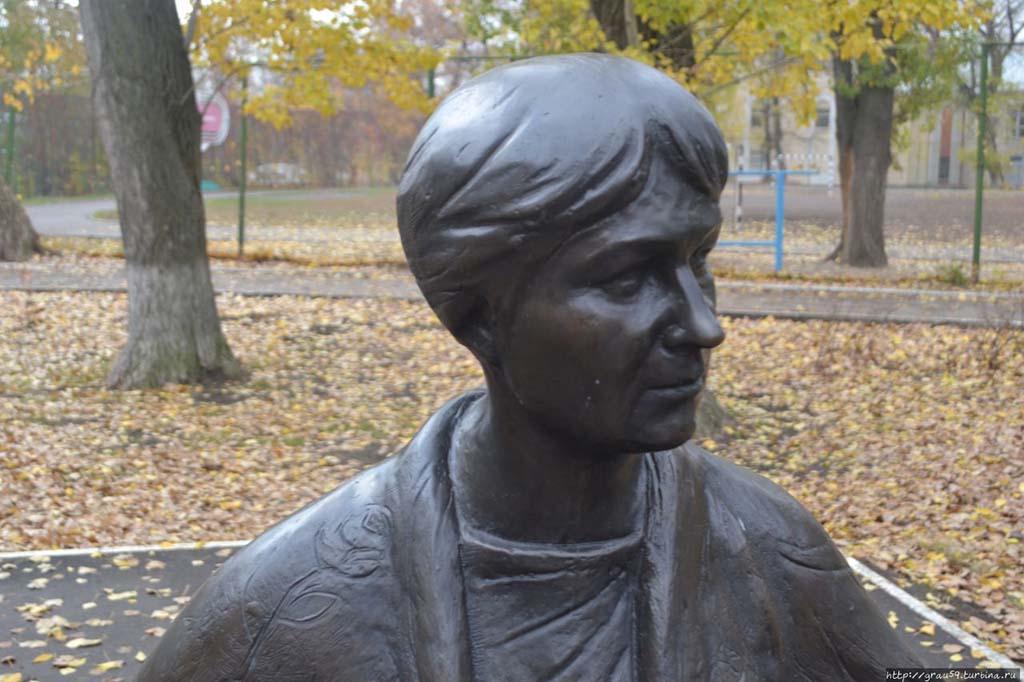 Памятник «Позвони маме»