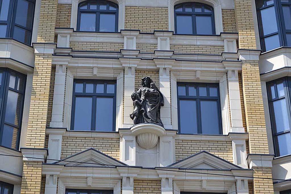Элитный жилой дом в неоклассическом стиле со статуями