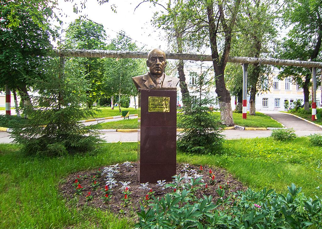 Бюст выдающегося саратовского врача С. Р. Миротворцева