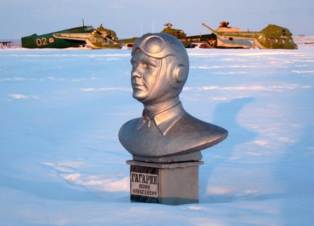 Памятник Ю.А. Гагарину на аэродроме аэроклуба