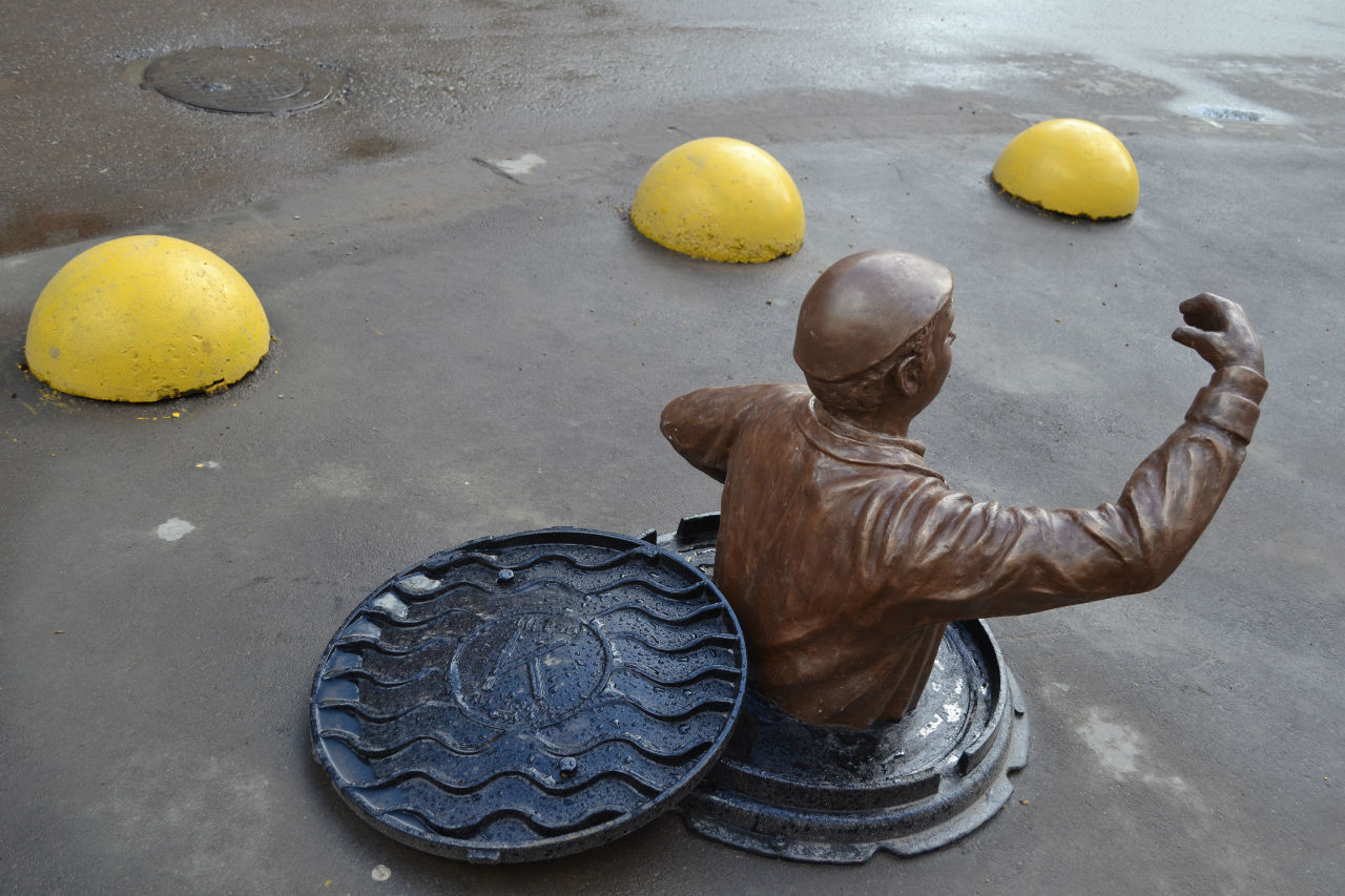 Памятник работнику Водостока