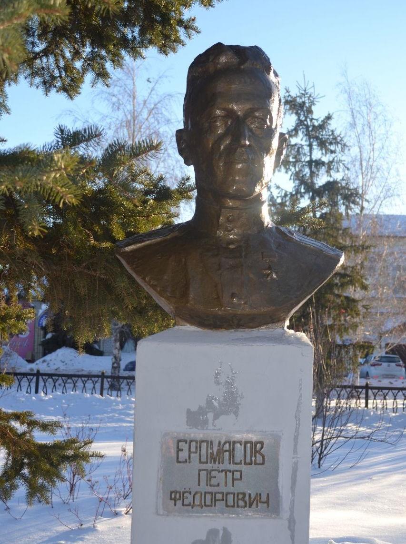 Памятник воинам-пугачёвцам, павшим в годы войны и Аллея Героев