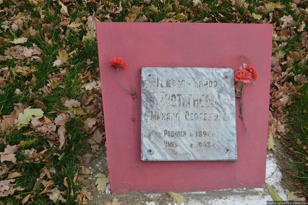 Обелиск на братской могиле красноармейцев-речников