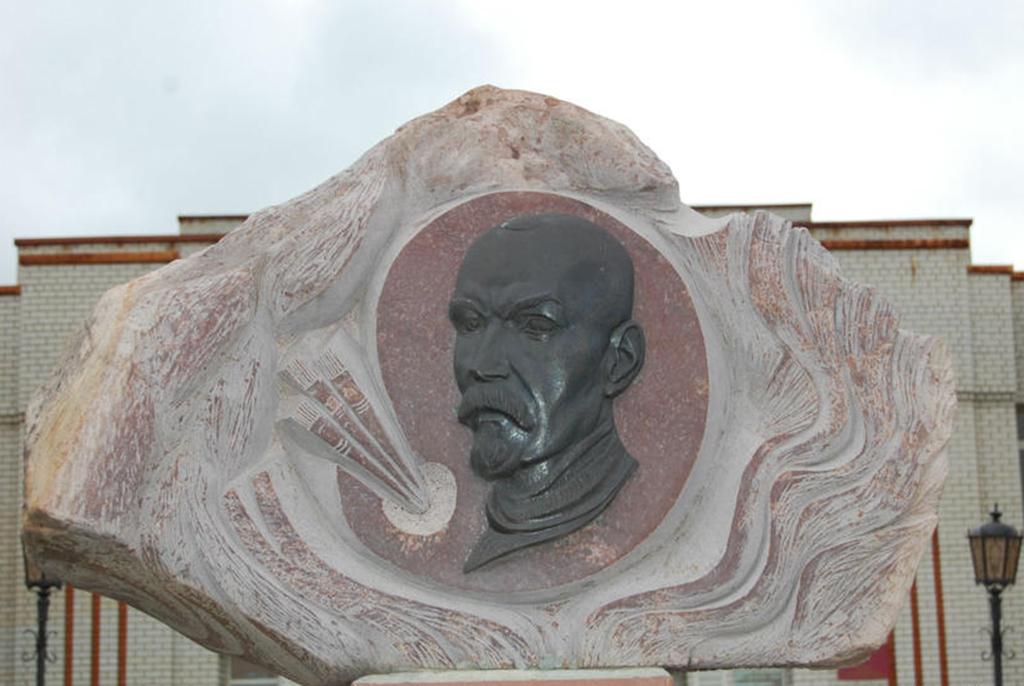 Памятник К.С. Петрову-Водкину