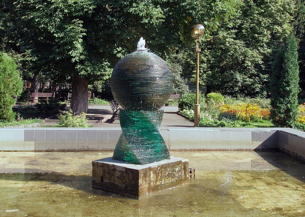"""Стеклянный фонтан """"Глобус"""""""