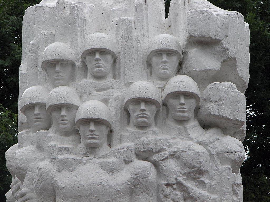 Памятник погибшим в войне и Парк Победы