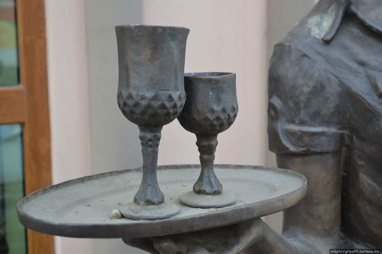 Скульптура Официантка